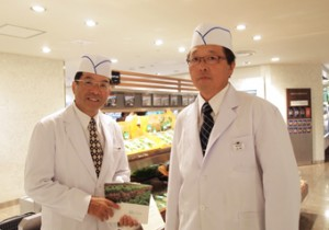 (左)海老原秀正、(右)添野一美。ファーマーズ・クリエイション売り場にて。